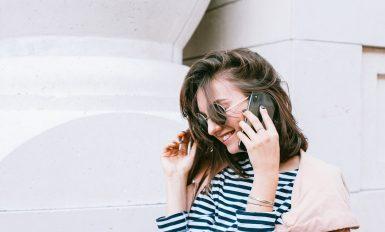 Femme qui porte une marinière et des lunettes de soleil